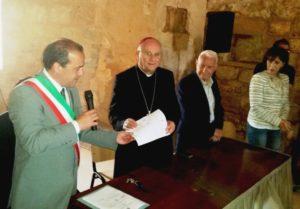 Consegna Delibera Sindaco a Vescovo