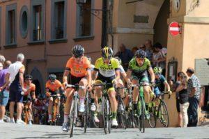 ciclisti-allingresso-in-Piazza-Vittorio-veneto-campionati_ciclismo_juniores_fucecchio