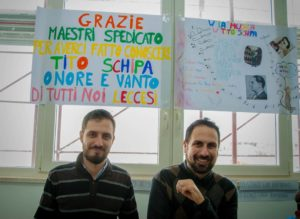 foto TITO SCHIPA fratelli Spedicato con cartelli a scuola
