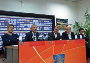 Padalino-e-dirigenti-US-Lecce-in-sala-stampa-640x450