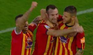 Lucioni festeggiato dai compagni dopo il gol